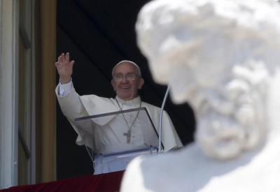 Pope Francis waves as he leads his Sunday Angelus prayer in Saint Peter's square at the Vatican June 28, 2015. REUTERS/Alessandro Bianchi