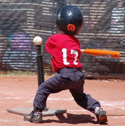 800px-Tee_ball_player_swinging_at_ball_on_tee_2010