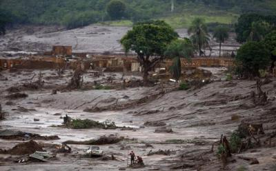 Rescue workers search for victims at Bento Rodrigues district that was covered with mud after a dam owned by Vale SA and BHP Billiton Ltd burst, in Mariana, Brazil, November 8, 2015. REUTERS/Ricardo Moraes