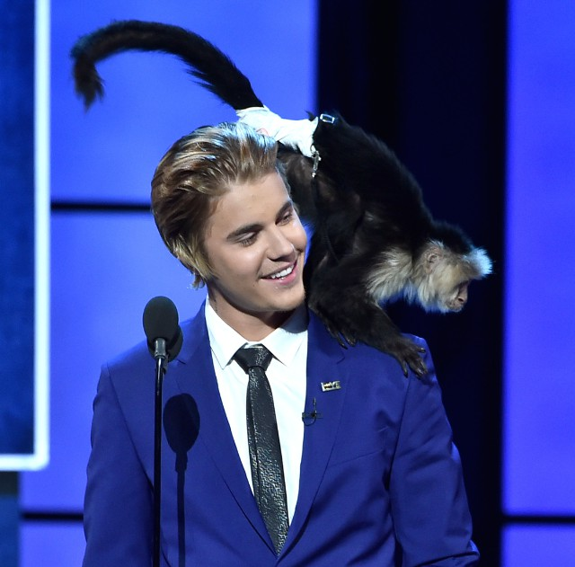 Justin-Bieber-and-a-monkey-640x631