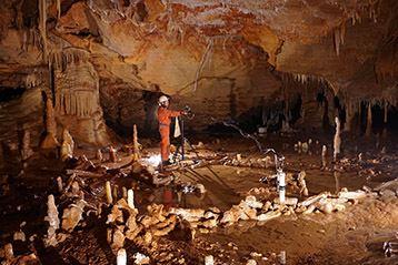 Prise de mesures pour l'étude archéo-magnétique dans la grotte de Bruniquel