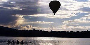 85_800px-lake_burley_griffin_with_rowers_and_hot_air_balloon_461374692