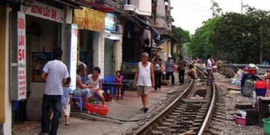 36_388px-living_on_train_tracks_at_vietnam